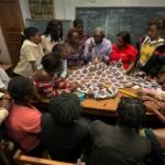Frauen bei der Ausbildung zur Schneiderin